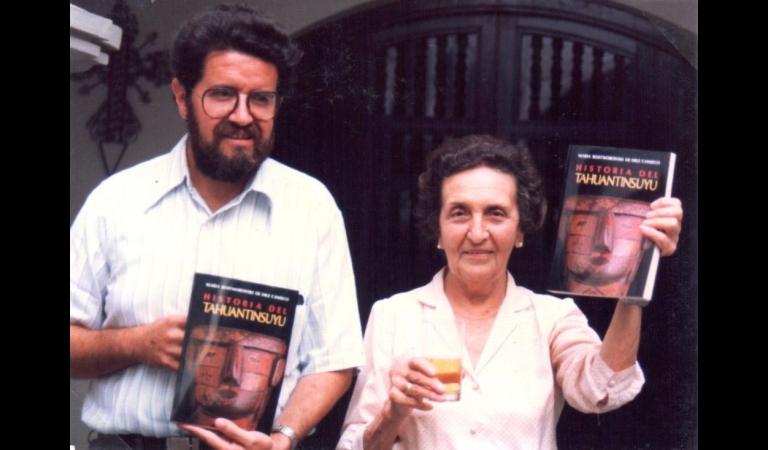 1988. Efraín Gonzales de Olarte, director del IEP, y María Rostworoski muestran la primera edición de