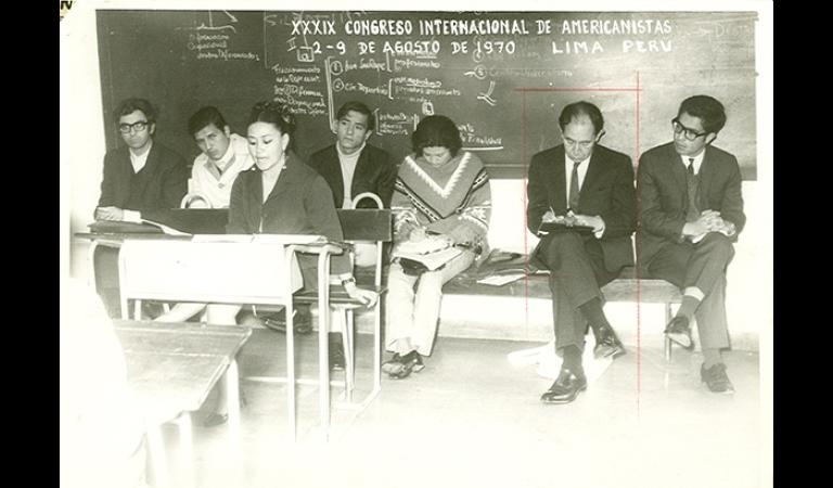 Al centro, el antropólogo John Murra tomando apuntes en el XXXIX Congreso Internacional de Americanistas. Agosto, 1970.