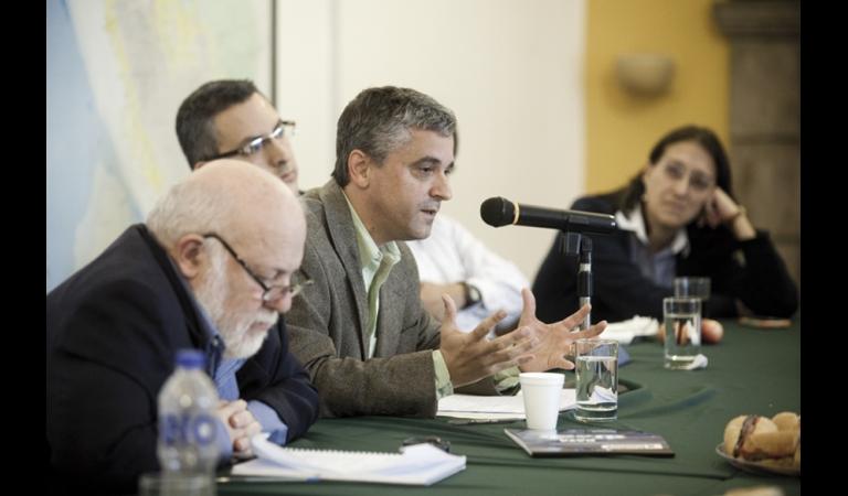 El politólogo Steven Levitsky en una mesa verde de coyuntura. Julio, 2012.